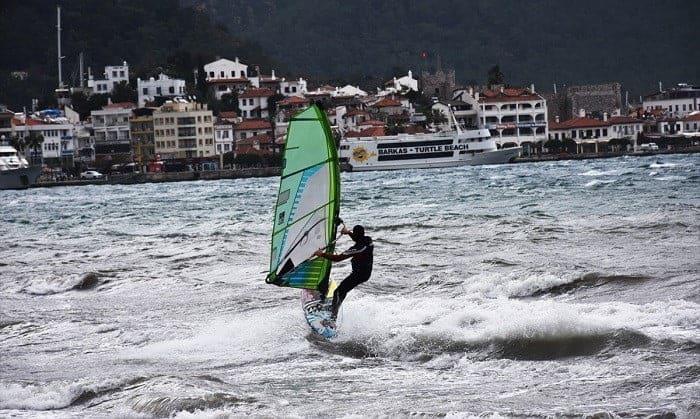 Marmaris'te adrenalin tutkunlarının sörf keyfi