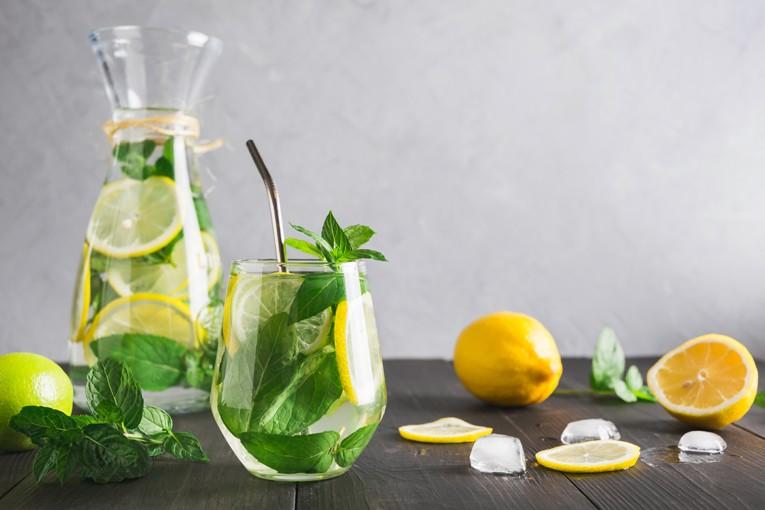 Meyveleri suya ekleyip detoks suyu yapabilirsiniz.