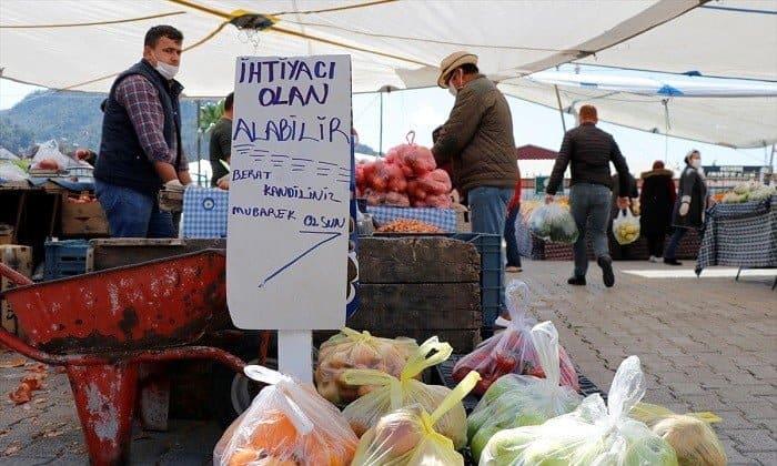 Pazar esnafından ihtiyaç sahiplerine ücretsiz sebze ve meyve