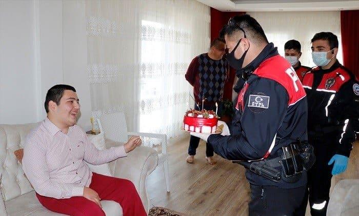 Polis ekiplerinden spastik engelli gence pastalı sürpriz