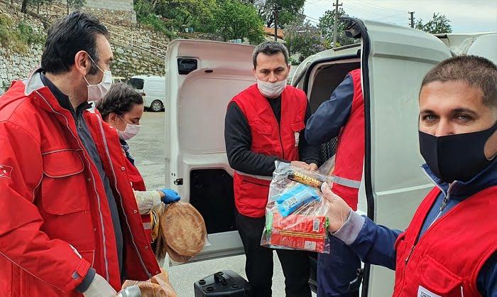 Kızılay ekipleri ramazan pidesi dağıttı