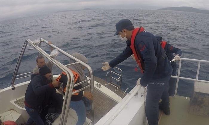 Türk kara sularına itilen fiber teknedeki 26 sığınmacı kurtarıldı