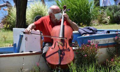 65 yaş üstü müzisyenler 4 saatlik serbestliği fırsat bilerek konser verdi