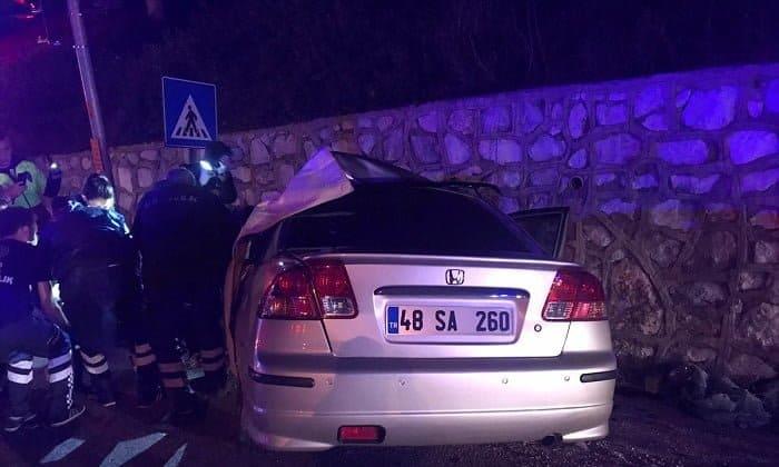 Otomobil ile tır çarpıştı: 1'i polis, 2 yaralı
