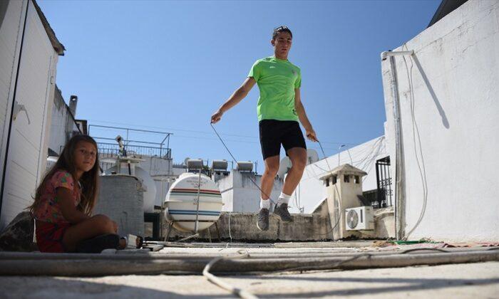 Atletizm ve futbol tutkunu Mert'e babası antrenör, terasları antrenman sahası oldu