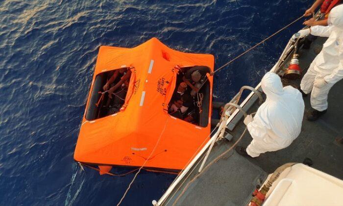 Türk kara sularına itilen yabancı uyruklu 14 kişi kurtarıldı