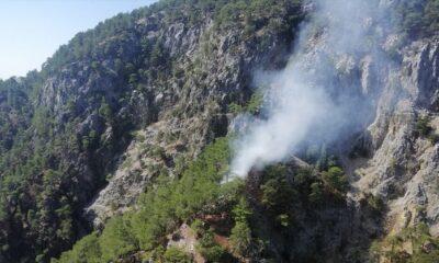 Sarp bölgede çıkan yangına 2 helikopterle müdahale ediliyor