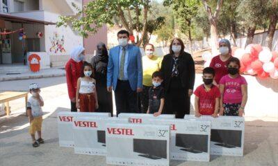EBA TV'yi izleyemeyen öğrencilere televizyon hediye edildi