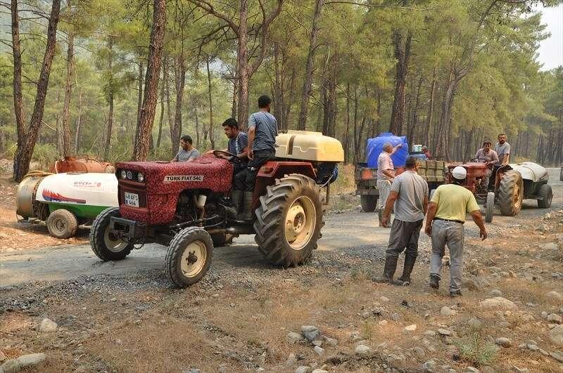 Muğla'daki orman yangınının söndürülmesine mahalle sakinleri traktörlerle destek verdi