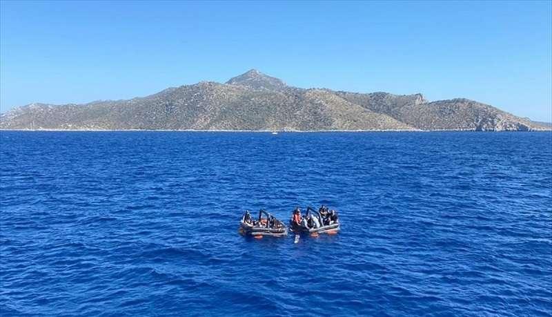 Datça açıklarında Türk kara sularına itilen can sallarındaki 21 düzensiz göçmen kurtarıldı
