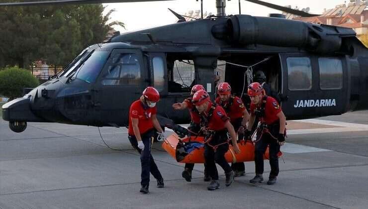 Kayalıklara düşen yamaç paraşütçüsü helikopterle kurtarıldı