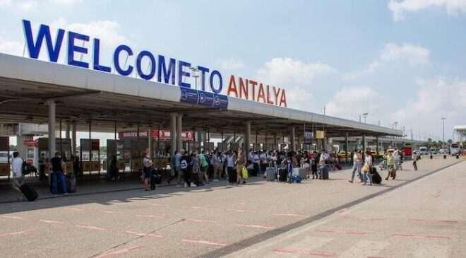 Ekim ayının ilk yarısında Antalya'ya kaç turist geldi?